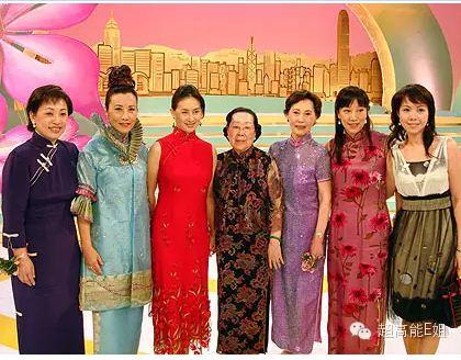 刘母(中)与何超琼(左三)、汪明荃(左二),右一为吕丽君