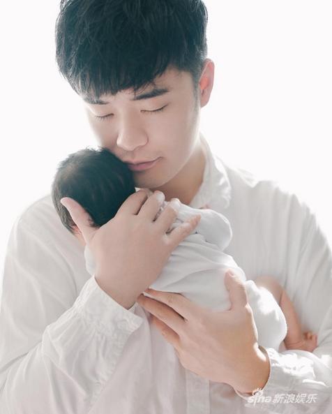 陈赫抱爱女十分温馨