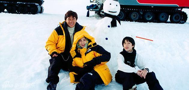 房祖名小时候和爸爸成龙母亲林凤娇一起滑雪