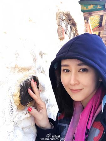 """照片中的她衣着简单朴素,素颜朝天面带微笑,并写道""""不丹,灵性而干净的"""