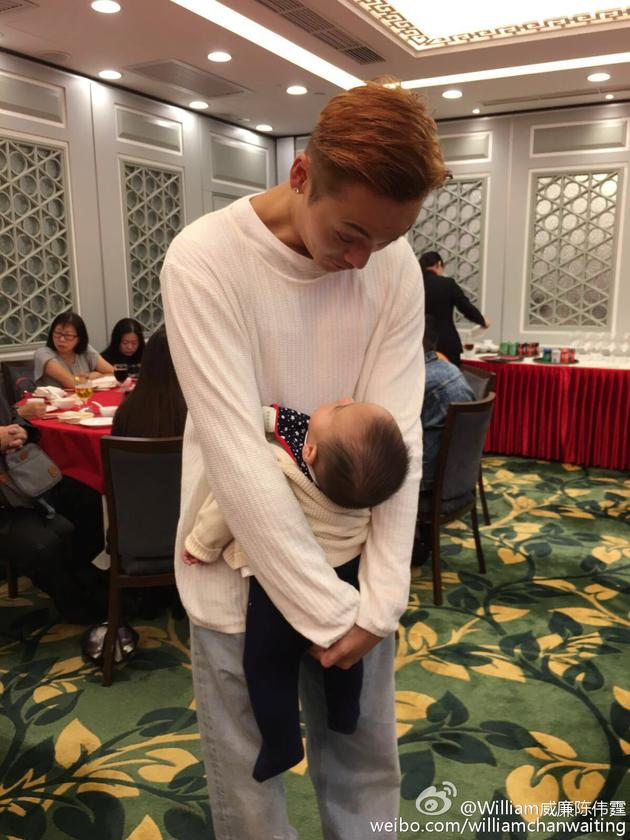 陈伟霆与小侄子深情对望,网友调侃:最萌身高差