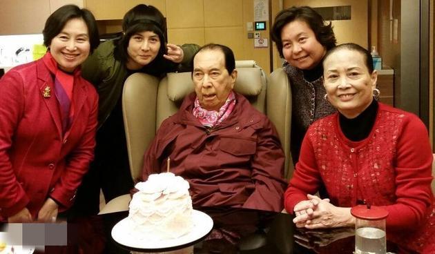 二太蓝琼缨及女儿何超琼,何超仪,何超�为赌王庆祝生日