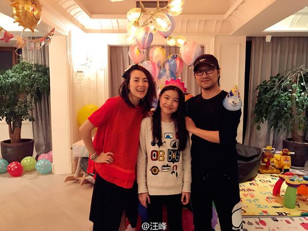 汪峰章子怡为小苹果过生日