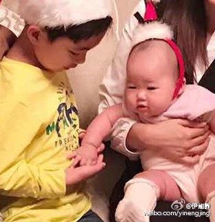小米粒笑着把手伸向旁边的小男孩