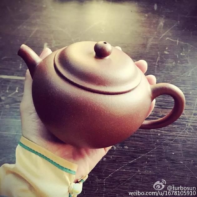 孙俪拿茶壶
