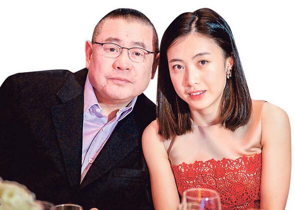 刘銮雄与女友甘比申请注册结婚,却没有公布正式婚期。