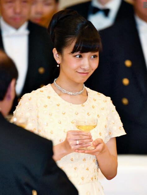 日本皇室佳子公主11月30日晚出席明仁天皇夫妇举行的欢迎新加坡总统晚宴