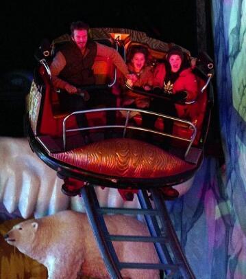 贝克汉姆带女儿及3个儿子玩云霄飞车