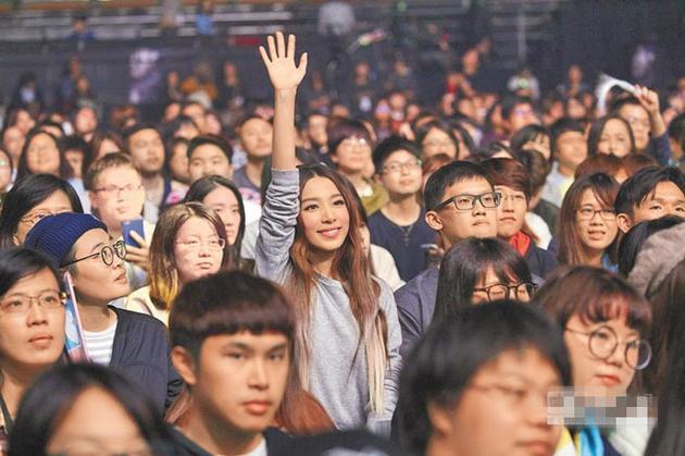 田馥甄与歌迷合影