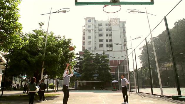 张艺兴打篮球