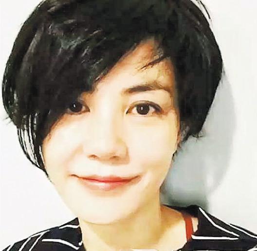 剪了一头短发的王菲面带微笑,拍片安抚没能买到演唱会门票的歌迷