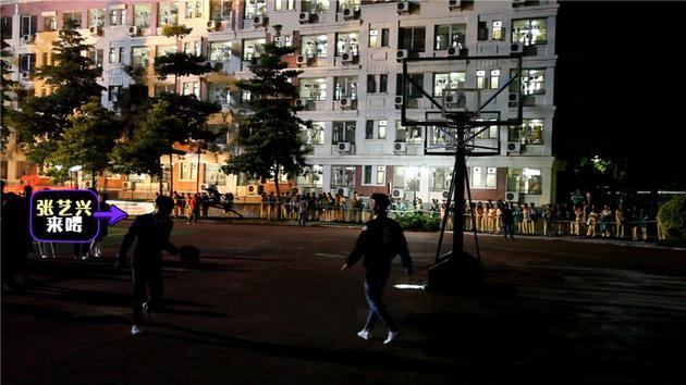 张艺兴宿舍楼下打篮球