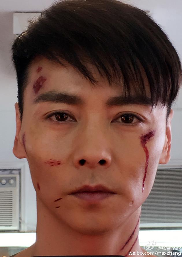 """照片中的张晋表情严肃,眼神深情,可看出脸上有几处""""毁容伤疤"""",虽为图片"""