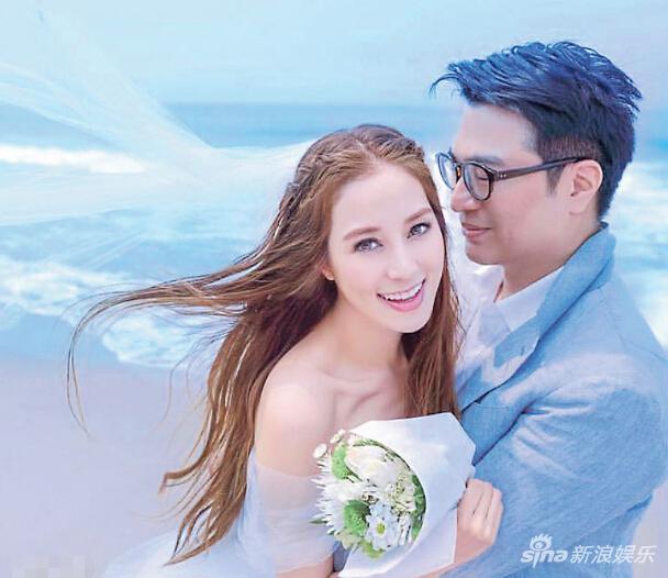 徐子淇穿上婚纱、拿着花束拥着老公李家诚拍照,两人结婚10周年,浪漫又甜蜜。