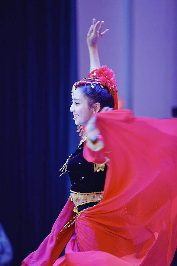 佟丽娅跳新疆舞