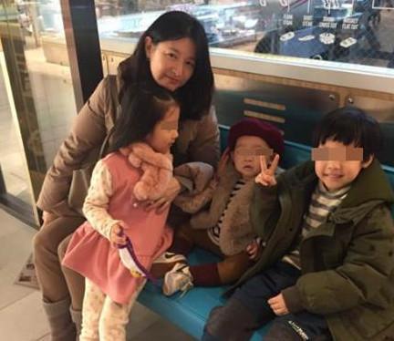 李英爱带双胞胎与粉丝孩子合影