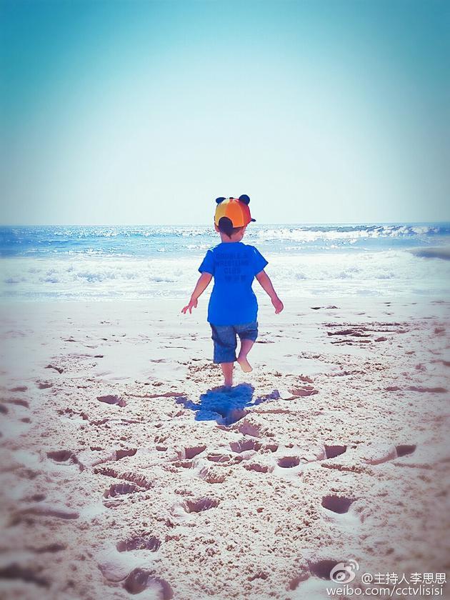 李思思为儿子庆两岁生日 罕见晒其背影照