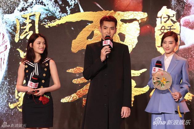 林允(左一)