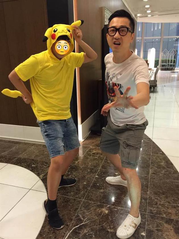 哈林(右)会花时间陪伴儿子小哈利