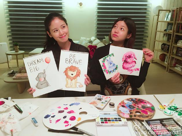 圣诞节陈妍希晒照与友人画画