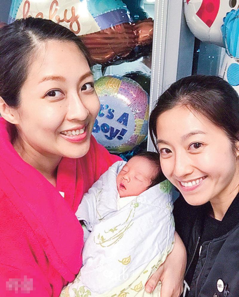 陈自瑶(右)跟陈敏之(左)及儿子拍合照