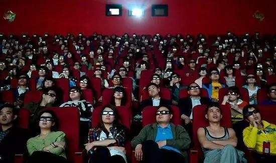 观众聚集电影院观看电影