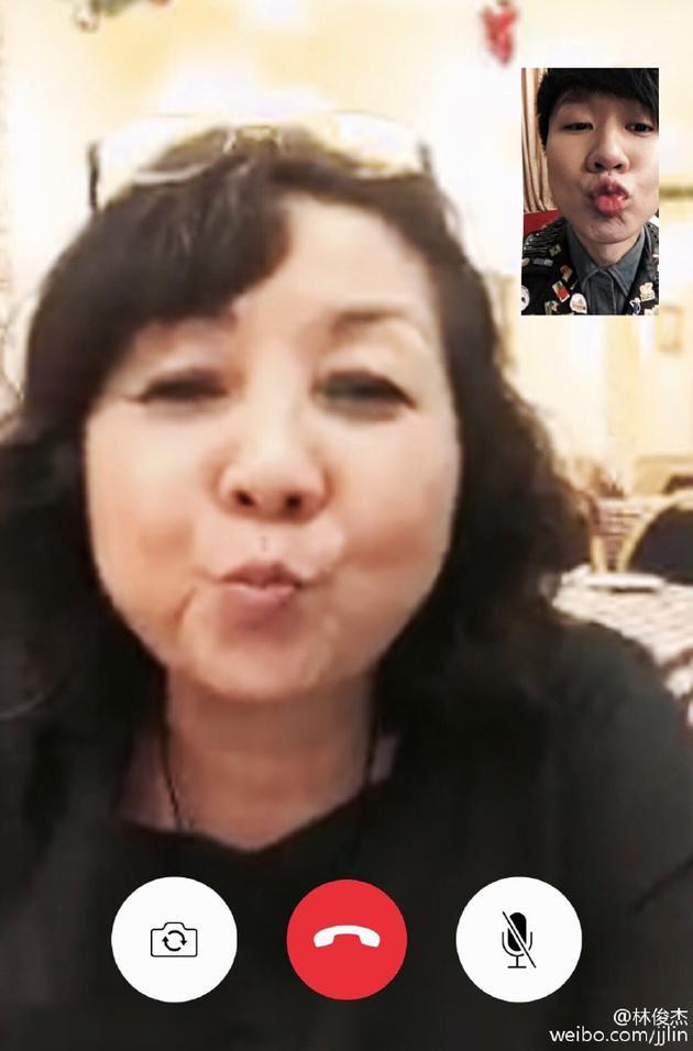 林俊杰与妈妈视频聊撅嘴亲亲