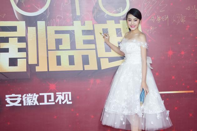 刘洁涵身穿雪花白裙