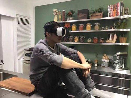 谢霆锋戴VR眼镜在家看王菲演唱会