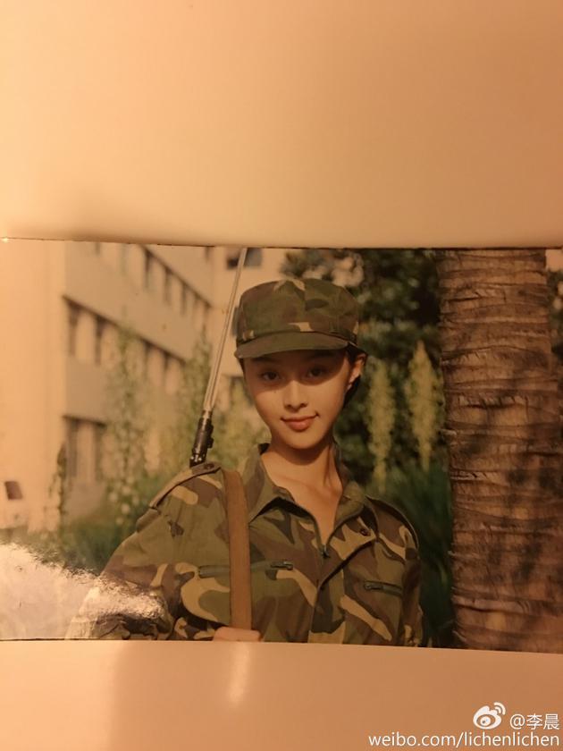 李晨在微博晒出范冰冰的军装旧照