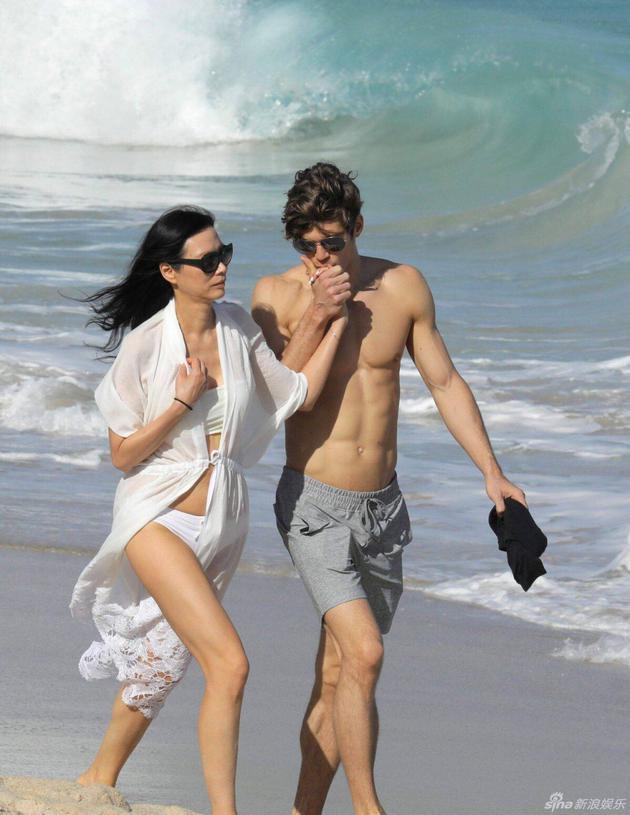 邓文迪与匈牙利模特男友在海滩散步