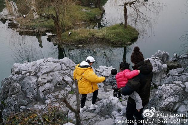 孙俪晒出一组与邓超携儿子等等、女儿小花一起出游的照片