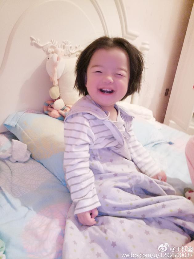 王栎鑫女儿甜笑童真无邪