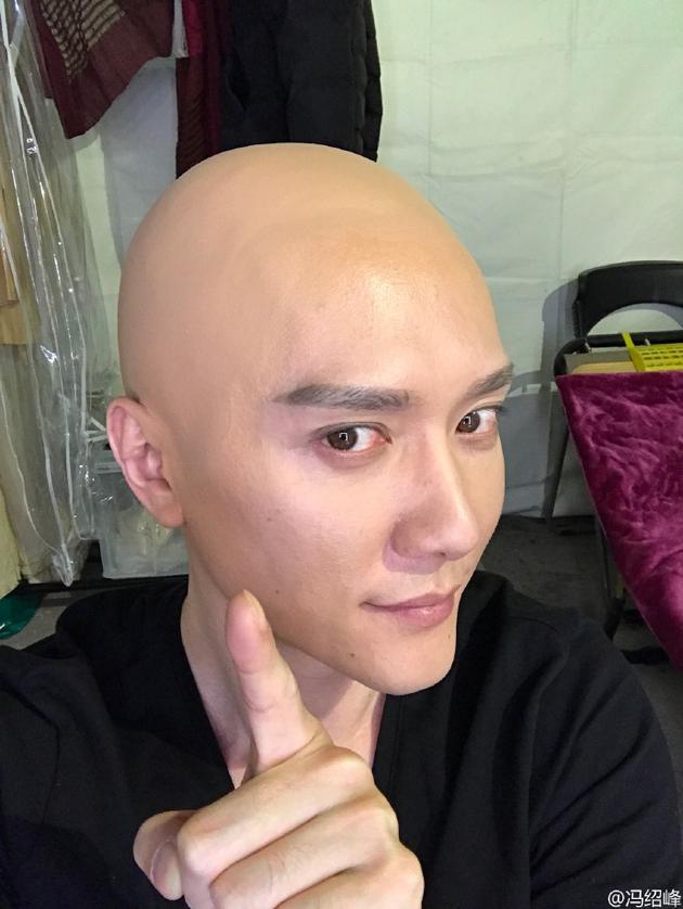 冯绍峰晒光头造型