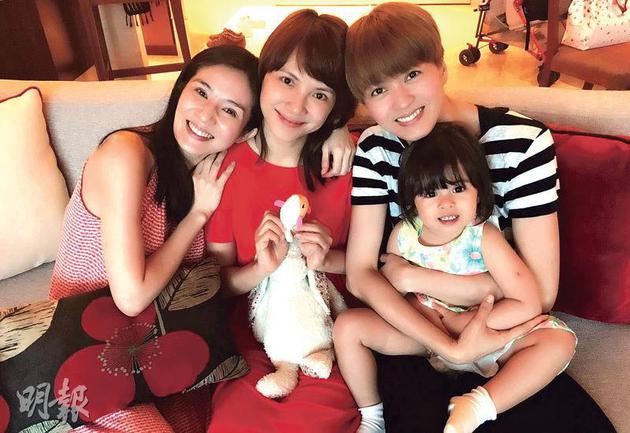 杨采妮(左起)、李心洁、梁咏琪及爱女Sofia一齐庆祝跨年,当时采妮用咕臣遮肚,孕味十分浓。