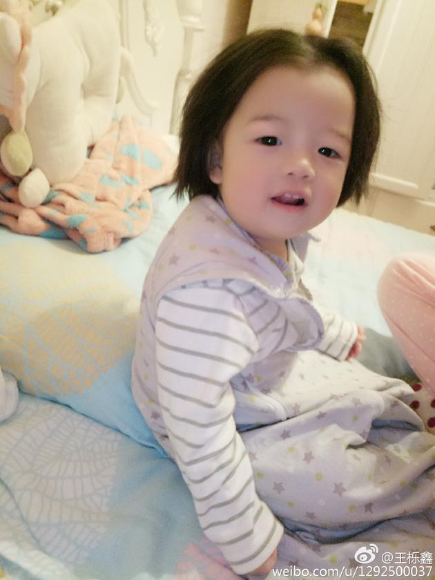 王栎鑫女儿发型中分似高晓松