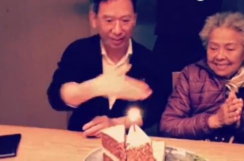 郭采洁爸爸过生日手扇蜡烛超萌