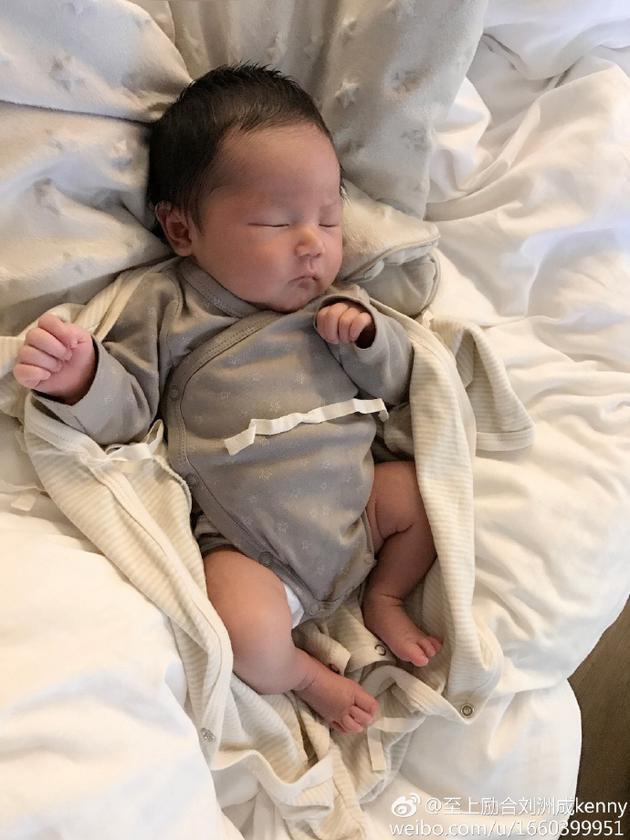 刘洲成女儿熟睡