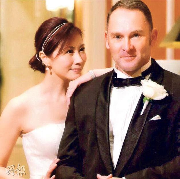 杨宝玲看着老公的眼神显得十分倾慕对方。