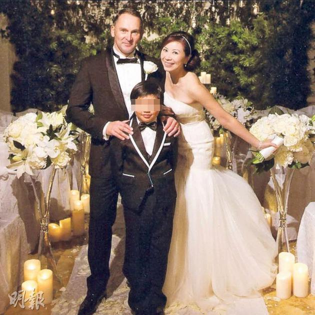 杨宝玲儿子Nathan陪着妈妈出嫁。