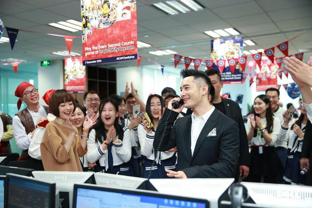 黄晓明在货币慈善日争分夺秒募捐