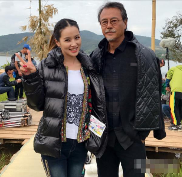 63岁刘德凯与演员合影