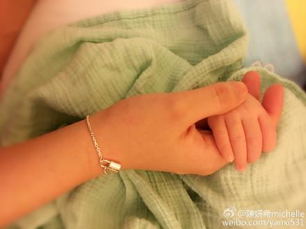 陈妍希和儿子牵手照