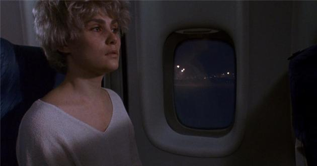 她刚刚为他流产,男人就骗她上了飞机,把她抛弃得远远的,自己则夜夜换床伴