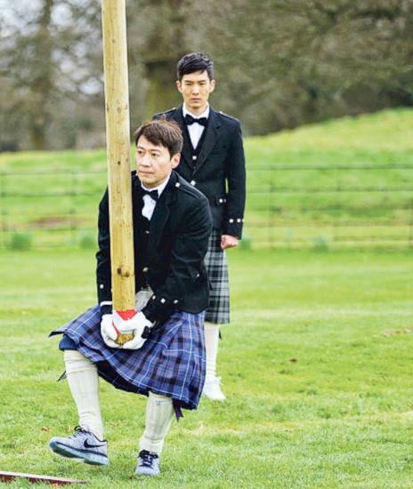 黎明在内地真人秀《非凡搭档》穿上苏格兰裙搬木头。