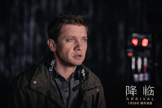 电影《降临》主演杰里米·伦纳形容该片刺激、紧张、烧脑