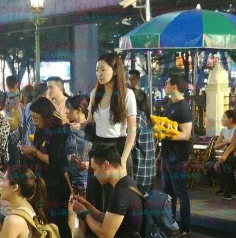 熊黛林与老公被偶遇在泰国拜佛
