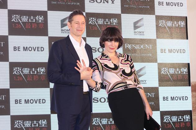 米拉·乔沃维奇(右)與导演老公保罗·安德森