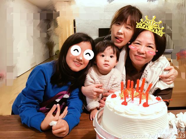 贾静雯为妈妈庆生