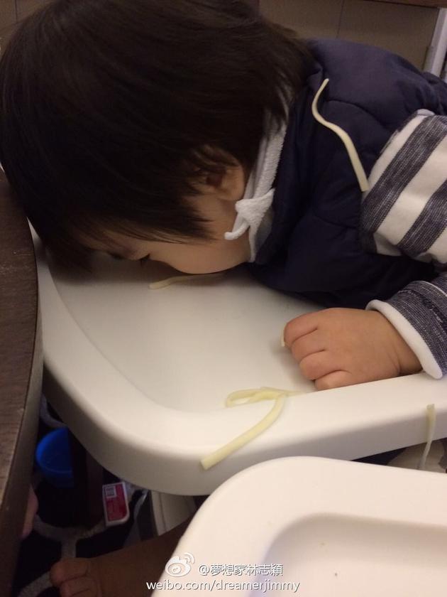 林志颖儿子吃面条